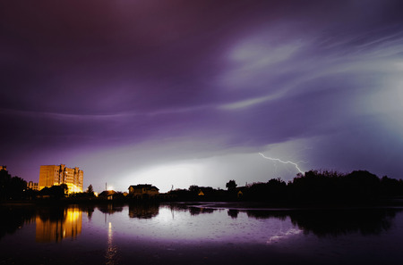 강 번개 볼트입니다. 천둥 하늘. 아름다운 밤의 풍경. 느린 셔터 속도. 장엄한 하늘. 경치 좋은 전망. 물의 표면