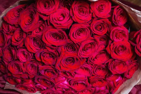 빨간 장미 큰 아름 다운 꽃다발입니다. 텍스처 색상. 결혼식, 생일, 발렌타인 데이 선물. 스톡 콘텐츠