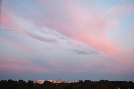 흰색과 파란색, 핑크 구름과 푸른 하늘. 맑은 하늘. 아름다운 풍경 스톡 콘텐츠