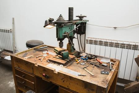 드릴 및 악덕 직장. 공장에서 일하십시오. 드릴링 머신