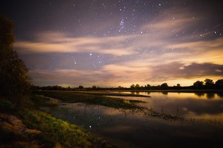 아름 다운 밤 별이 빛나는 풍경. 별 물에 반영. 천체 사진술. 별이 빛나는 하늘을 지우십시오. 느린 셔터 속도. 장엄한 하늘. 경치 좋은 전망.