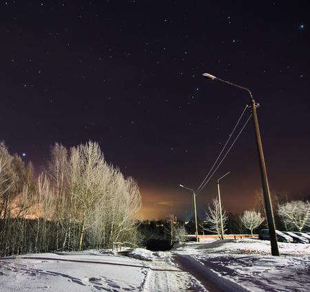 겨울 아름 다운 별이 빛나는 밤 풍경입니다. 천체 사진술. 별이 빛나는 하늘을 지 웁니다. 느린 셔터 속도. 장엄한 하늘. 경치 좋은 전망. 스톡 콘텐츠