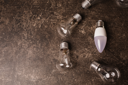 어두운 대리석 백그라운드에 LED 전구. 에너지 절약. 에코 개념