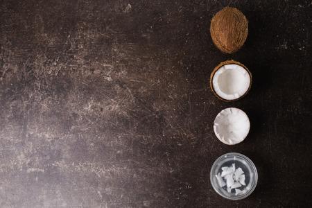 코코넛 및 코코넛 우유 어두운 대리석 백그라운드입니다. 이국적인 큰 호두. 개인 관리. 스파 트리트먼트