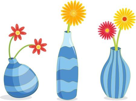 Een rij van drie blauwe vazen met bloemen