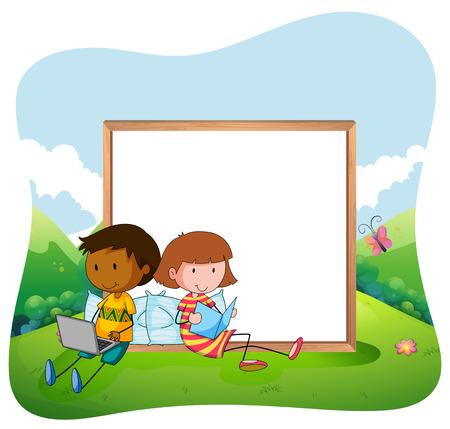 niños sentados: Niños que se sientan en una lectura de jardín con un tablero blanco negro detrás