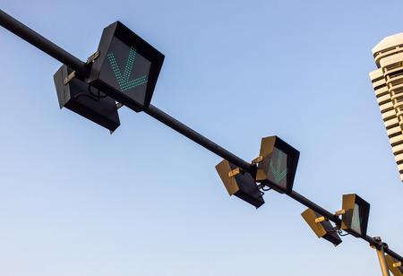 seguir adelante: Muestra de la flecha para seguir adelante, en el cielo azul