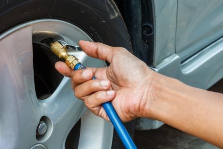 neumaticos: Llenado de aire en un neum�tico de coche Foto de archivo