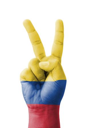 la bandera de colombia: Mano haciendo el signo V, Colombia bandera pintada como s�mbolo de la victoria, el �xito - aislados sobre fondo blanco