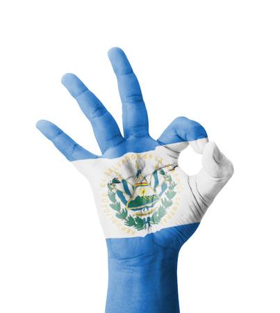 bandera de el salvador: Mano haciendo signo ok, El Salvador bandera pintada como s�mbolo de la mejor calidad, la positividad y el �xito - aislados en fondo blanco