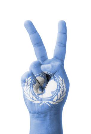 unicef: Mano che fa il segno V, UNICEF (Fondo delle Nazioni Unite per l'Infanzia) bandiera dipinta come simbolo di vittoria, vincere, il successo Archivio Fotografico