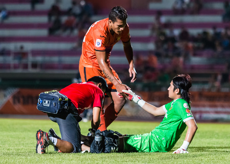 Sisaket THAILAND-21 september: David Bala van Sisaket FC. (Oranje) in actie tijdens de vriendschappelijke wedstrijd tussen FC Sisaket en Roi Et Utd op Sri Nakhon Lamduan Stadion op september 21,2014, Thailand