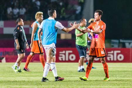 Sisaket 15 THAILAND-OKTOBER: De spelers van FC Sisaket. en Buriram Utd. tonen goede sportiviteit na het einde van de Thaise Premier League-wedstrijd tegen Sri Nakhon Lamduan Stadium op oktober 15,2014, Thailand
