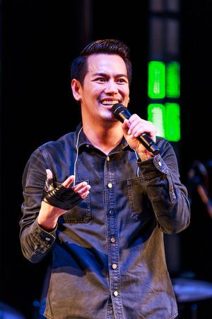 red cross: SISAKET, Tailandia - 27 de diciembre: Ade Pongsak realiza concierto en vivo durante la Cruz Roja Feria 2014 a Sisaket City Hall el 27 de diciembre de 2014, Tailandia