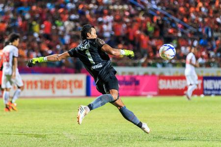 beat the competition: SISAKET THAILAND-AUGUST 19: Kawin Thamsatchanan of Muangthong Utd in action during Thai Premier League between Sisaket FC and Muangthong  Utd at Sri Nakhon Lamduan Stadium on August 19,2015,Thailand