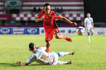tot: SISAKET THAILAND-SEPTEMBER 20: Jirawat Daokhao of Sisaket FC. (orange) in action during Thai Premier League between Sisaket FC and TOT SC at Sri Nakhon Lamduan Stadium on September 20,2015,Thailand