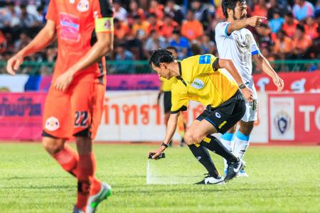 tot: SISAKET THAILAND-SEPTEMBER 20: The referee use the vanishing spray during Thai Premier League between Sisaket FC and TOT SC at Sri Nakhon Lamduan Stadium on September 20,2015,Thailand
