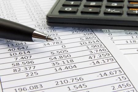 profiting: Una calcolatrice e penna su giornali finanziari