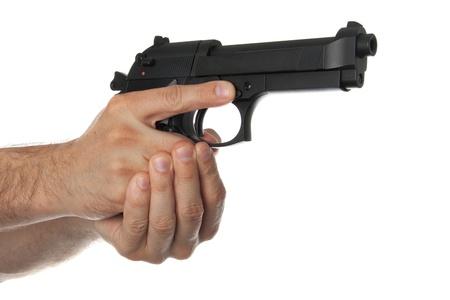 gatillo: Dos manos sosteniendo una pistola con el dedo fuera del gatillo sobre un fondo blanco