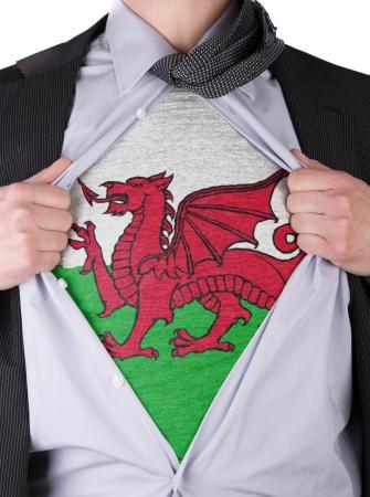 welsh flag: Strappa l'uomo d'affari apre la camicia per mostrare la sua bandiera gallese t-shirt Archivio Fotografico