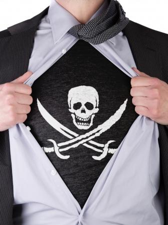 drapeau pirate: D�chire homme d'affaires ouvrent sa chemise pour montrer son drapeau de pirate t-shirt Banque d'images