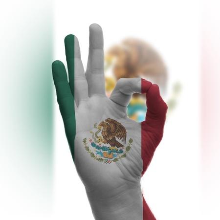 bandera mexicana: Mano Aceptar signo, envuelto en la bandera de M�xico