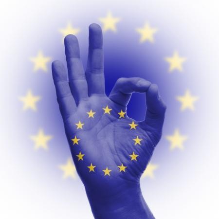 nazioni unite: Segno di mano OK, avvolto nella bandiera delle Nazioni Unite