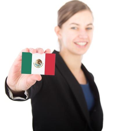bandera de mexico: mujer de negocios la celebraci�n de una tarjeta con la bandera mexicana. Con el foco en la tarjeta Foto de archivo