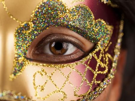 Primer plano de una mujer con una máscara veneciana