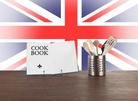 drapeau anglais: Livre de cuisine et ustensiles de cuisine avec le drapeau anglais dans l'arri�re-plan