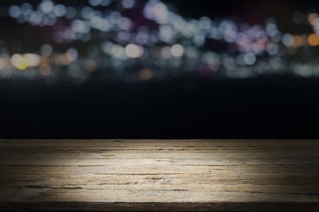 Lege houten tafel platform en bokeh 's nachts Stockfoto
