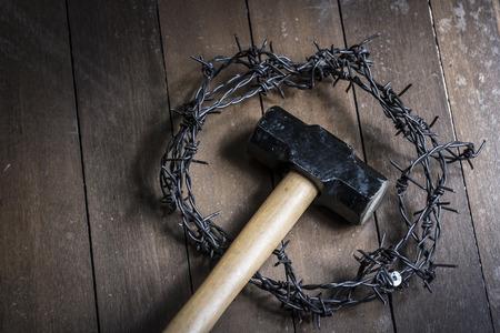 corona de espinas: Martillo y corona de espinas en el piso de madera. Concepto de la religi�n Pascua.