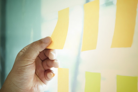 Nota recordatorio de papel calendario. Gente de negocios que se encuentra y usa notas para compartir ideas. Discutir: negocios, trabajo en equipo, lluvia de ideas concepto