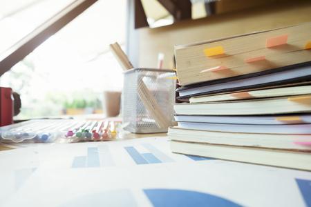 Boeken met post-it bookmarks op werktafel. Het lezen van een boek voor examen (Onderwijs concept). Het ontmoeten van het team voor brainstroming (Business Concept)