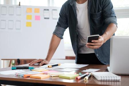 웹 디자이너, 휴대 전화 용 UX UI 디자이너 계획 응용 프로그램 스톡 콘텐츠