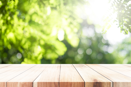 Lege tabel voor huidige product met groene bokeh onscherp achtergrond van natuurbos