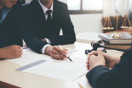 Concepto de derecho, asesoramiento y servicios legales. Abogado y abogado con reunión de equipo en bufete de abogados.
