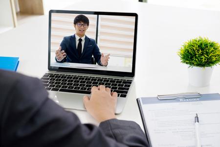 Concepto de negocio online. Entrevista de trabajo online. Empresarios realizando videollamadas para contactar con el cliente por conferencia, hablando por webcam, conversación online.