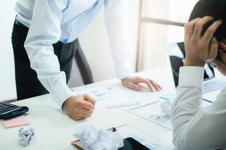 Business Teamwork beschuldigt Partner und ernsthafte Diskussion. Kollegen streiten über Anlagedokumente sind anderer Meinung, Konflikte bei der Arbeit zu haben. Geschäftsleute sind ernsthafte Treffen.