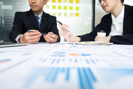 Junge Startup-Geschäftsleute arbeiten Brainstorming-Meeting zusammen, um die neue Projektinvestition zu besprechen.
