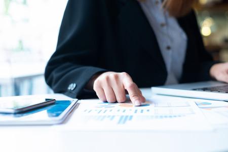 Zakenman planning en analyse van investeringsmarketinggegevens.
