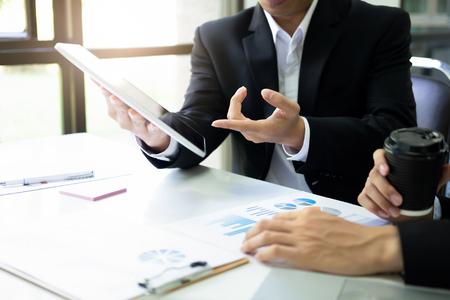 """Spotkanie """"burzy mózgów"""" dla młodych przedsiębiorców rozpoczynających pracę zespołową w celu omówienia nowej inwestycji w projekt. Zdjęcie Seryjne"""