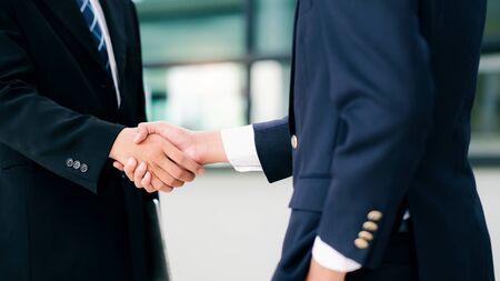 De handdruk van de zakenman. Succesvolle zakenlieden handenschudden na een goede deal. Zakelijk partnerschap vergadering concept. Stockfoto