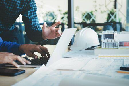 Obraz spotkania inżyniera dotyczącego projektu architektonicznego współpracującego z partnerami i narzędziami inżynierskimi w miejscu pracy.