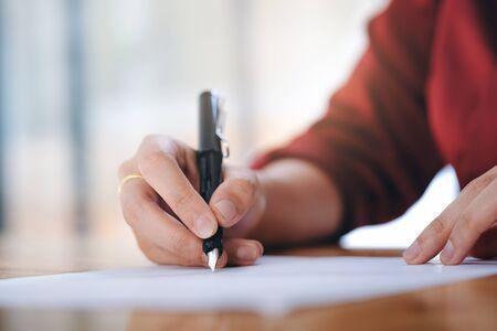 Bliska bizneswoman podpisania umowy zawarcia umowy. Koncepcja biznesu i edukacji.