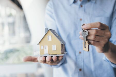 Real estate broker residential house rent listing contract. Offer of purchase house, rental of Real Estate. Giving, offering, demonstration, holding house keys. Banco de Imagens