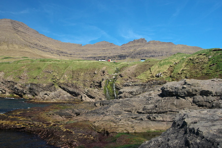 Beautiful mountain scenery with the view to the Viðareiði settlement and majestic Villingardalsfjall mountain in background on the Viðoy the northern-most island of the Faroe Islands. Glorious sceneries of the Faroes. Stok Fotoğraf