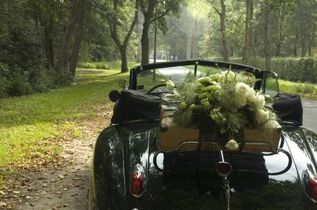古典的な結婚式の車と花の花束