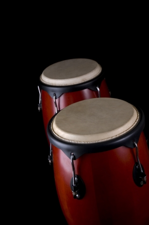 tambor: Instrumento de percusión sobre un fondo negro