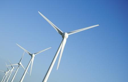 青い空を背景にいくつかの風力タービン